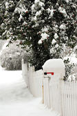 Postfach geschneit über an einem frostigen tag — Stockfoto