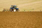Agriculteur labourant le champ pour la prochaine récolte. — Photo