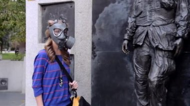 Girl in gas masks comes with a carrying case — Stock Video