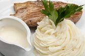 Viande avec purée de pommes de terre et la sauce — Photo