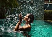 Hermosa mujer modelo posando junto a la piscina — Foto de Stock