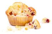 żurawina muffin na białym tle uszkodzony — Zdjęcie stockowe