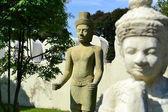 2 estatuas en el palacio real de phnom penh, camboya — Foto de Stock