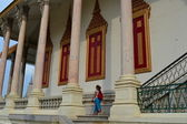 Tourist walking at temple in Royal Palace, Phnom Penh, Cambodia — Foto de Stock