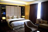 роскошная спальня в кондо или отель — Стоковое фото