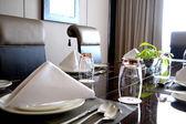 Tabelleneinstellung zur raffinierten luxus-esstisch — Stockfoto