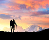 Persoon op het hoogtepunt van berg. — Stockfoto