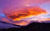Las montañas y las nubes durante la puesta del sol. — Foto de Stock