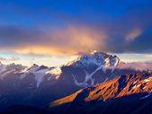 Grande nuvem em tom azul e rosa fecha a montanha. — Foto Stock