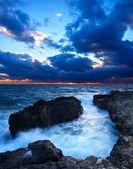 Bahía con niebla durante la puesta del sol mar brillante. — Foto de Stock