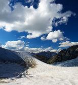 雪の山と空の雲. — ストック写真