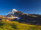 Yüksek dağ ve kayalar. — Stok fotoğraf