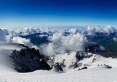 岩と白い雲と空. — ストック写真