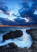 Pietra del mare e il cielo luminoso durante il tramonto — Foto Stock