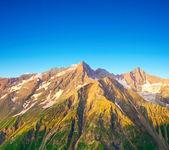 Montagnes et lueur de soleil lors de l'hiver — Photo