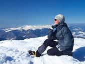 Turista no topo da montanha — Fotografia Stock
