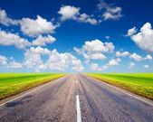 Camino y cielo brillante — Foto de Stock