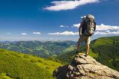 Tourist auf Felsen — Stockfoto