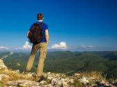 Turysta na skale — Zdjęcie stockowe