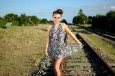 Девушка ходит вдоль железной дороги — Стоковое фото
