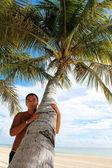 Homme avec langue piquer dehors sous le palmier sur la plage — Photo