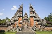 Una entrada de un templo en bali — Foto de Stock