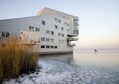 Sfinks apartamenty budynki w huizen krajobraz lód, holandia — Zdjęcie stockowe