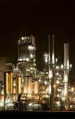 Raffinerie dans la nuit à europoort, rotterdam, hollande — Photo