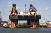 An oil rig under construction in the Port of Rotterdam — Stock Photo