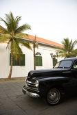 Zabytkowy samochód przed holenderski kolonialnym budynku w kota — Zdjęcie stockowe