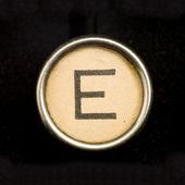 Przycisk e na kompletny alfabet antyczny do pisania — Zdjęcie stockowe