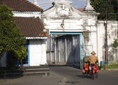 Street scene with becak in the Kraton area in Solo, Indonesia — Stock Photo
