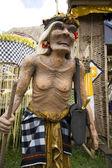 Estatua balinesa y viejo — Foto de Stock