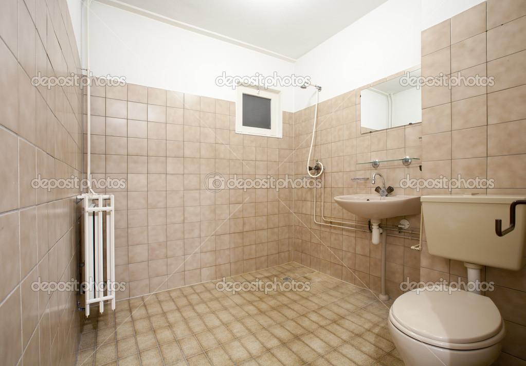 Vecchio vuoto bagno con piastrelle marroni foto stock for Piastrelle bagno alte o basse