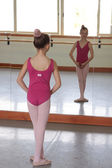 Ballet girl in front of mirror — ストック写真