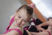 Ballet girl with friends during ballet lesson — Stock Photo