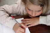 一个小女孩,她做家庭作业 — 图库照片