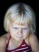 Holčička s legrační naštvaný obličej — Stock fotografie