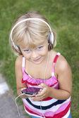 Niño con smartphone y auriculares — Foto de Stock