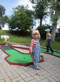 Children playing mini golf — Zdjęcie stockowe