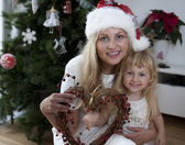 Mum and daughter with christmas wreath — Stock Photo