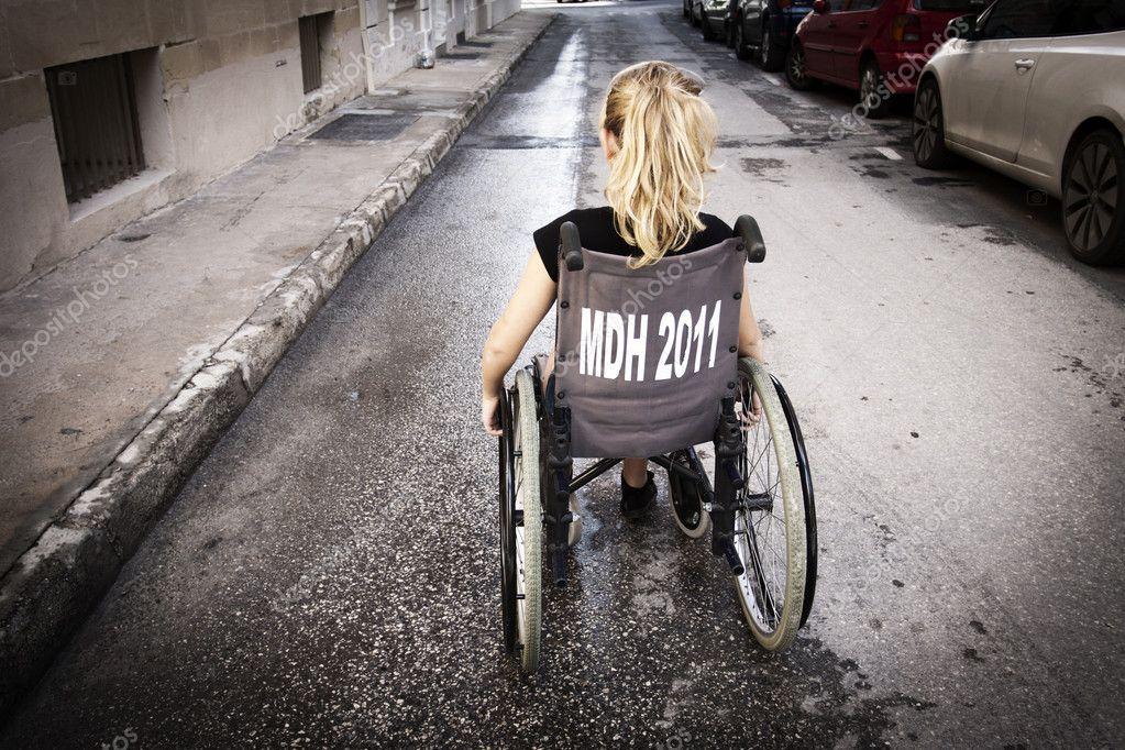 enfant solitaire en fauteuil roulant photographie annems 169 35607261