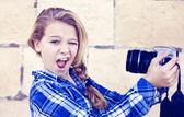 Meisje bedrijf camera — Stockfoto