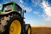拖拉机-现代农机装备字段中 — 图库照片