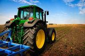 Der traktor - moderne landmaschinen im bereich — Stockfoto