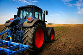 El tractor - maquinaria agrícola moderna en campo — Foto de Stock