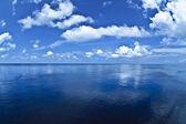 水平線と白い雲と青い海の絵無限 — ストック写真