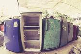 Старые холодильники, ждут, чтобы быть утилизированы в центр утилизации — Стоковое фото