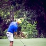 manliga golfspelare att sätta på golfbana — Stockfoto