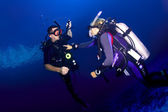 Scuba diving instructor and student — Stock Photo